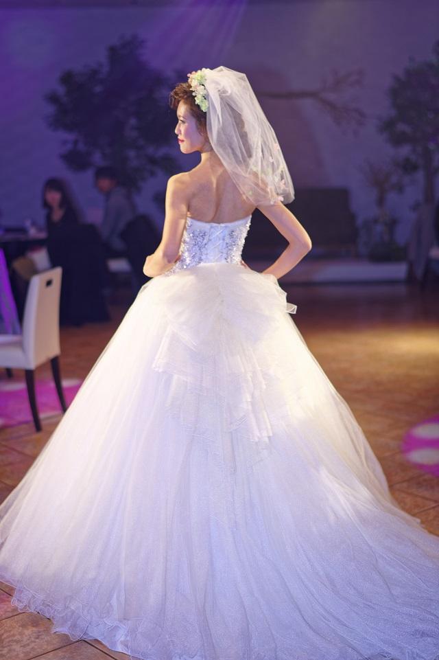 d855cc0b99921 こちらの色ドレスは、ぼかしの大花をプリントしたオリジナルのオーガンジーを全体に使用した色ドレスです。 フラワーモチーフを施したウエストビジューとボリューミー  ...